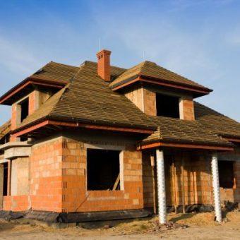 Etapy budowy domu – od stanu surowego do wprowadzenia się.